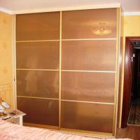 Двери-купе с матовым бронзовым стеклом