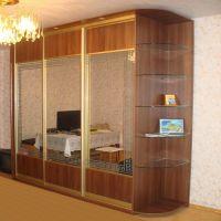 Трехдверный шкаф со стеклянными полочками
