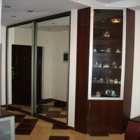 Встроенный шкаф-купе с декоративным элементом