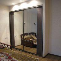 Зеркальные двери-купе со вставками из ратанга